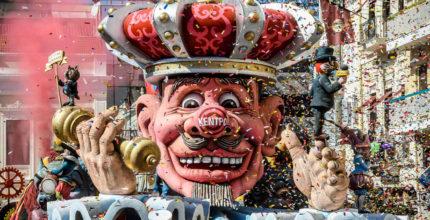 Στη Σύρο το καρναβάλι συνεχίζεται απτόητο, παρά τις απαγορεύσεις, με μπροστάρηδες τους «καρνάβαλους» της Δημοτικής Αρχής